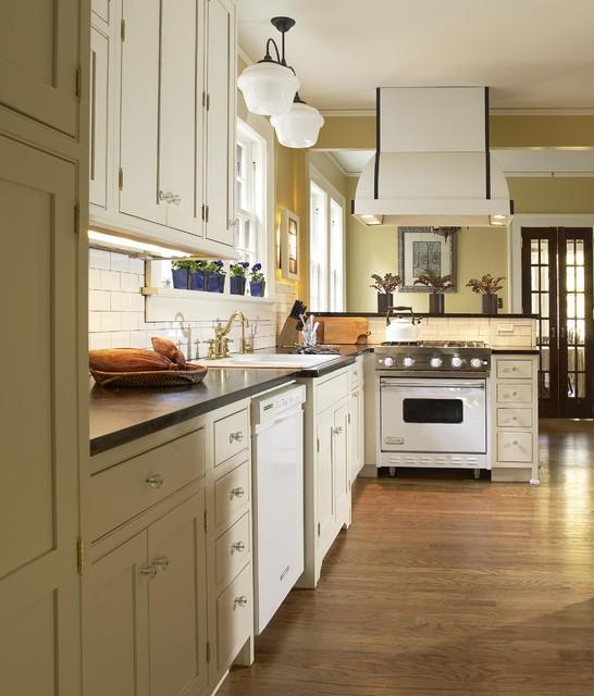 White enamel viking range traditional kitchen for Viking kitchen designs