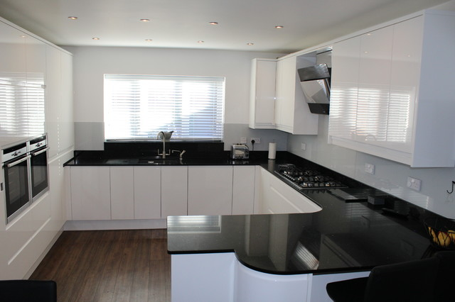 White Gloss Handleless - Black Quartz Worktop on black with white kitchen floor, black with white doors, black with white drawers,