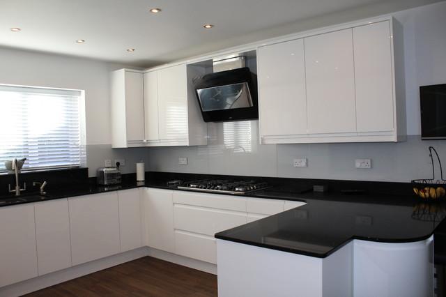 White Gloss Handleless Black Quartz Worktop Modern Kitchen