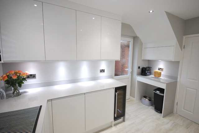 White Gloss Jpull Contemporary Kitchen With Light Grey Quartz - Grey and white gloss kitchen