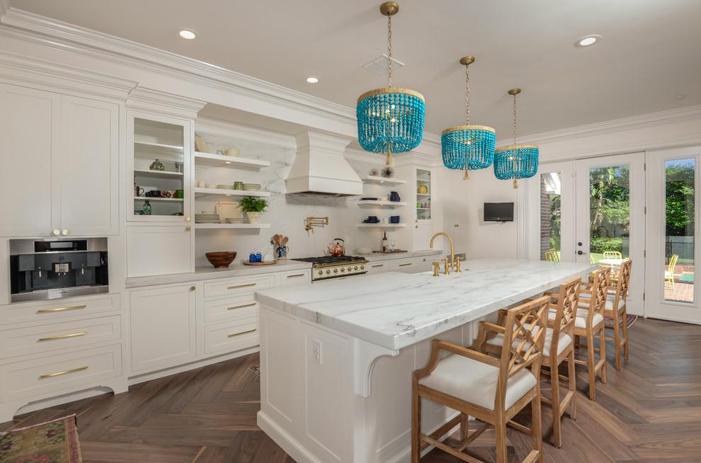 Immagine di una cucina tradizionale con ante in stile shaker, ante bianche, paraspruzzi bianco, pavimento in legno massello medio e pavimento marrone