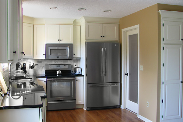 White Kitchen Cabinets | Rockford Door Style | CliqStudios  kitchen