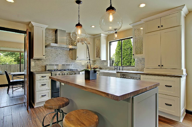 White kitchen cabinets shaker cabinetry cliqstudios for Kitchen cabinets seattle