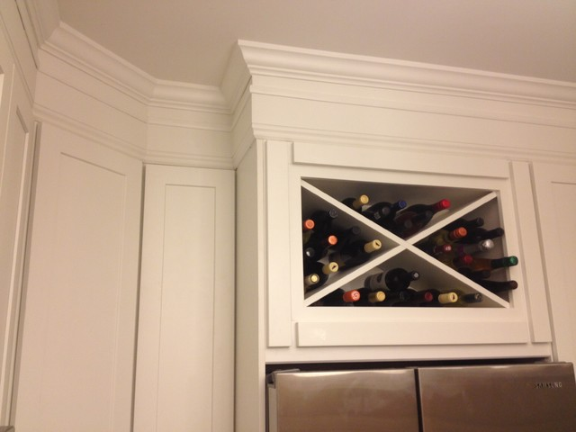 White kitchen cabinets shaker cabinets cliqstudios for White kitchen cabinets with crown molding