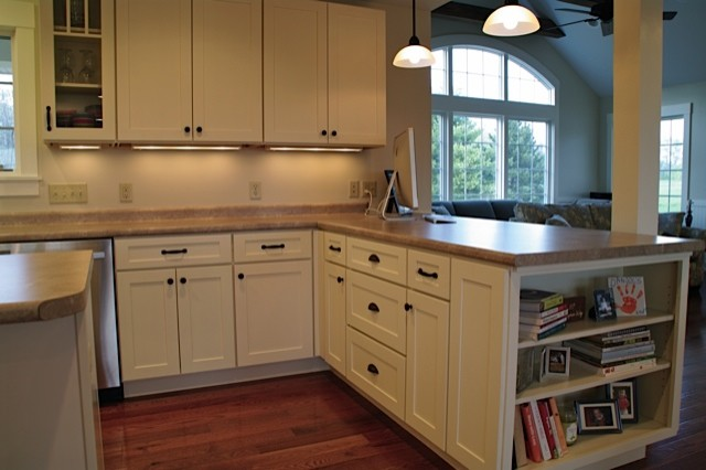 White kitchen cabinets shaker style cliqstudios for Are painted kitchen cabinets in style