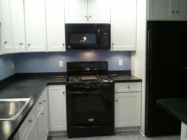 White Kitchen Cabinets | Shaker Style | CliqStudios Contemporary Kitchen