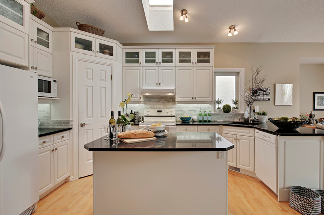 Inspiration for a small timeless kitchen remodel in Calgary