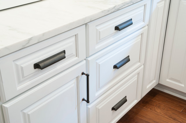 White raised panel cabinets with oil rubbed bronze hardware for White kitchen cabinets with oil rubbed bronze hardware