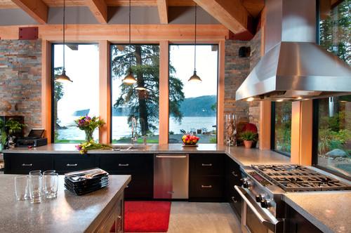 cocina contemporánea con grandes ventanales y vista al lago