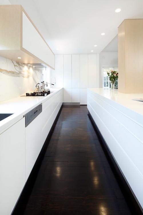 минимализм белой кухни с черным темным полом