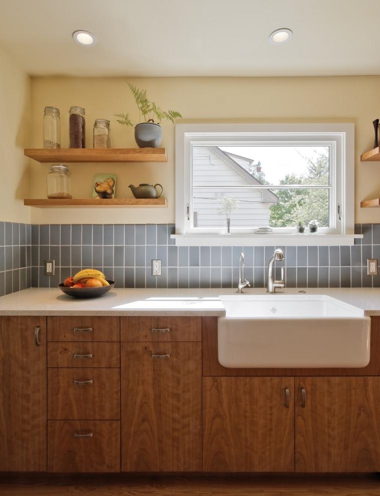 Zweizeilige Klassische Wohnküche mit Landhausspüle, Küchenrückwand in Blau, flächenbündigen Schrankfronten, hellbraunen Holzschränken, Arbeitsplatte aus Recyclingglas, Rückwand aus Keramikfliesen und Küchengeräten aus Edelstahl in Portland
