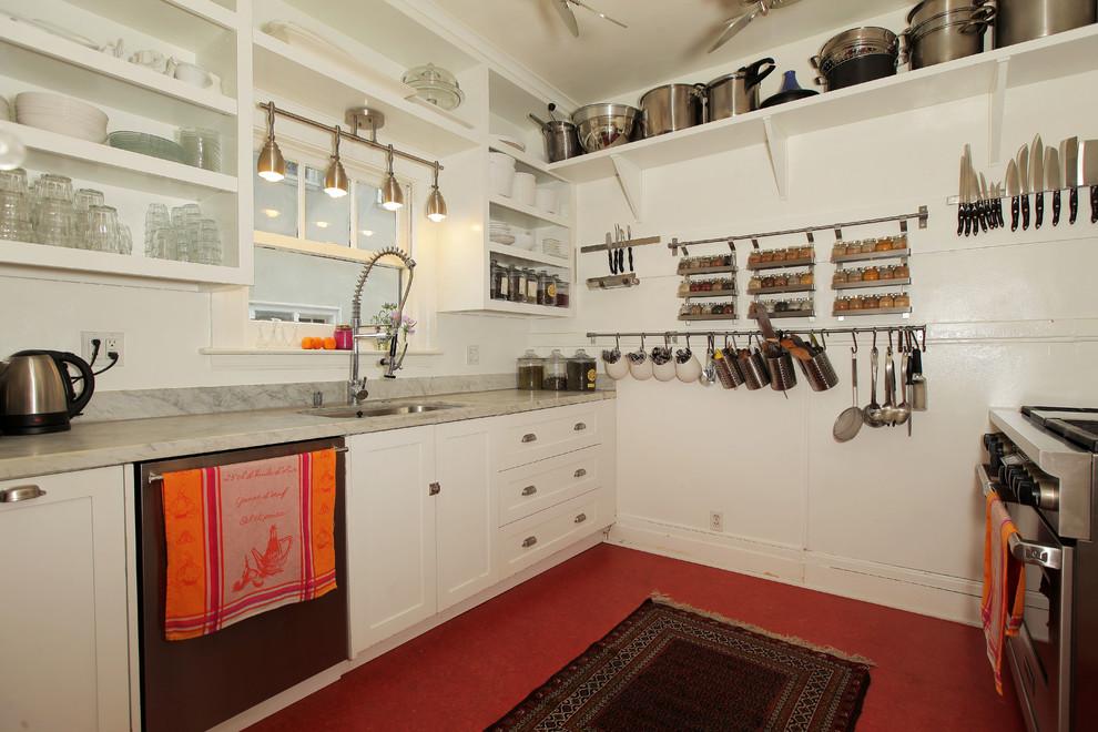 Zweizeilige, Mittelgroße Klassische Wohnküche ohne Insel mit Doppelwaschbecken, profilierten Schrankfronten, weißen Schränken, Mineralwerkstoff-Arbeitsplatte, Küchenrückwand in Rot, Rückwand aus Marmor, Küchengeräten aus Edelstahl und Betonboden in Hawaii