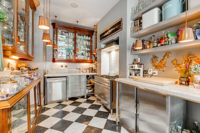 Foto di una cucina ad U eclettica di medie dimensioni con ante di vetro, ante in legno bruno, paraspruzzi bianco, elettrodomestici in acciaio inossidabile, pavimento in legno verniciato, nessuna isola e pavimento multicolore