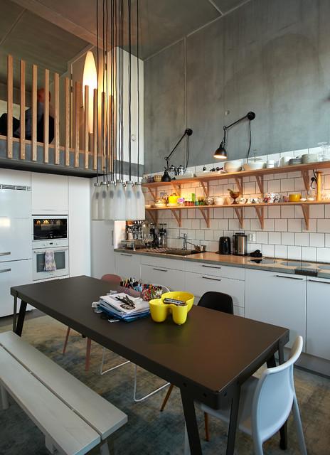 Idee per una piccola cucina abitabile industriale con ante lisce, ante bianche, paraspruzzi bianco, elettrodomestici bianchi, pavimento in cemento e nessuna isola