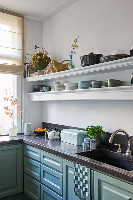 Exempel på ett litet klassiskt l-kök, med en integrerad diskho, luckor med infälld panel, blå skåp och granitbänkskiva