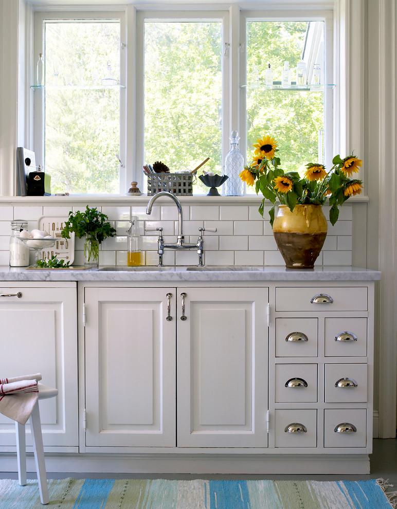 Inspiration för mellanstora klassiska linjära kök, med en dubbel diskho, luckor med upphöjd panel, vita skåp och marmorbänkskiva