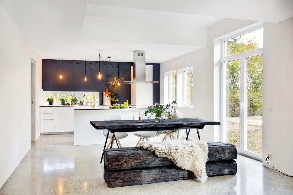 Idéer för stora skandinaviska kök, med släta luckor, vita skåp, en köksö, vita vitvaror och betonggolv