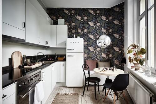 黒の花柄をアクセントクロスに使ったキッチン