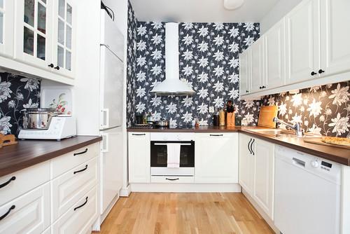 白いキッチンに黒のアクセントクロス