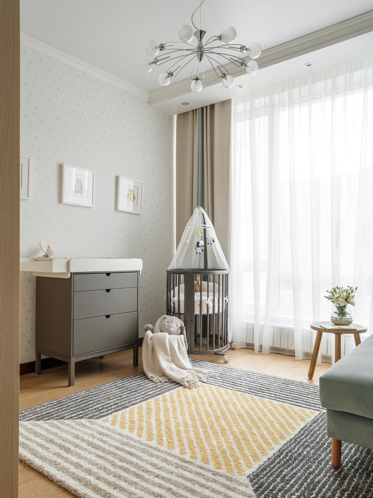 Создайте стильный интерьер: комната для малыша в скандинавском стиле с белыми стенами и светлым паркетным полом для девочек или мальчиков - последний тренд