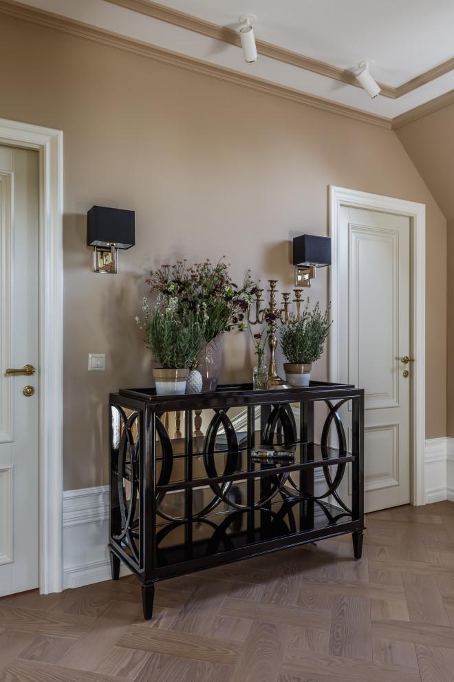 На фото: маленький коридор в стиле неоклассика (современная классика)