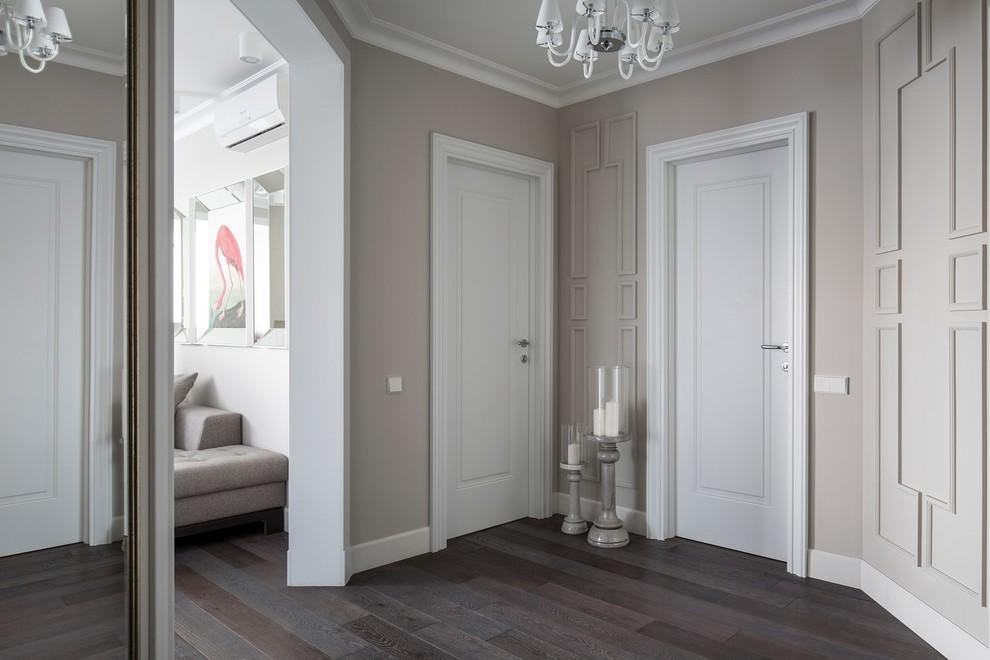 Modelo de recibidores y pasillos tradicionales renovados con paredes grises, suelo de madera oscura y suelo marrón