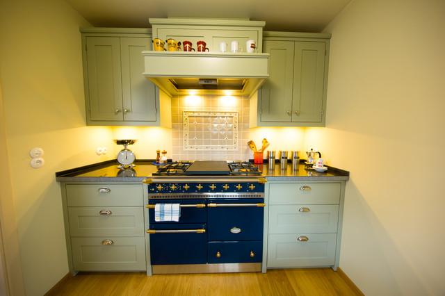 8,5 m² - kleiner Raum, große Küche - Landhausstil - Küche ...