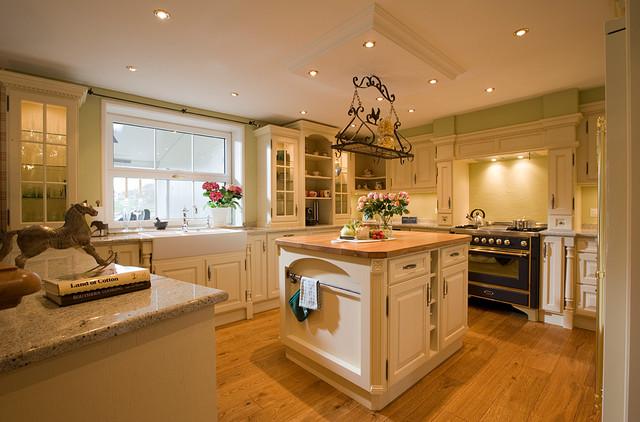 Bezaubernde englische Landhausküche - Landhausstil - Küche ...