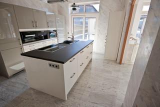bodenbel ge aus dem naturstein juparana bianco modern k che dortmund von rossittis gmbh. Black Bedroom Furniture Sets. Home Design Ideas