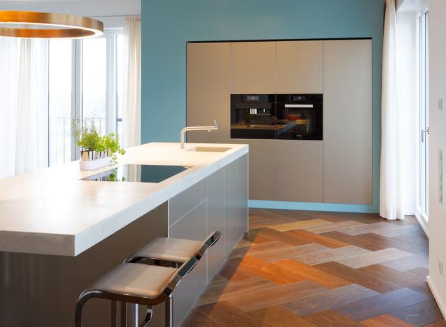 bulthaup b3 kücheninsel mit aluminiumfronten in sandbeige