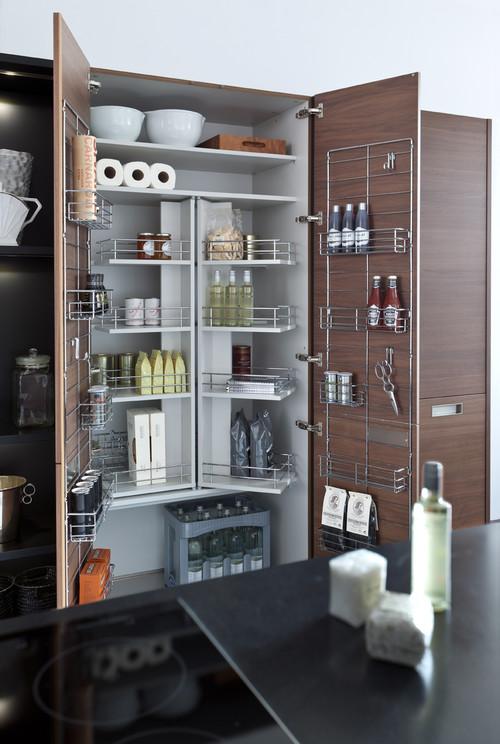 αποθηκευτικός χώρος καθαριστικών σε ντουλάπι κουζίνας