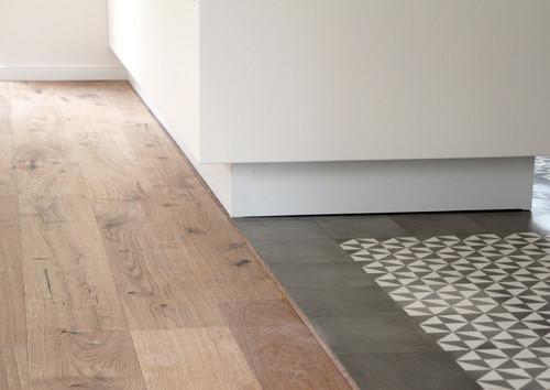 Zwei Bodenbeläge in einem Raum: Wie Holzboden mit ...