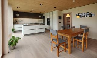 Durchdachtes Wohn Und Geschaftsgebaude In Kirchweidach Modern
