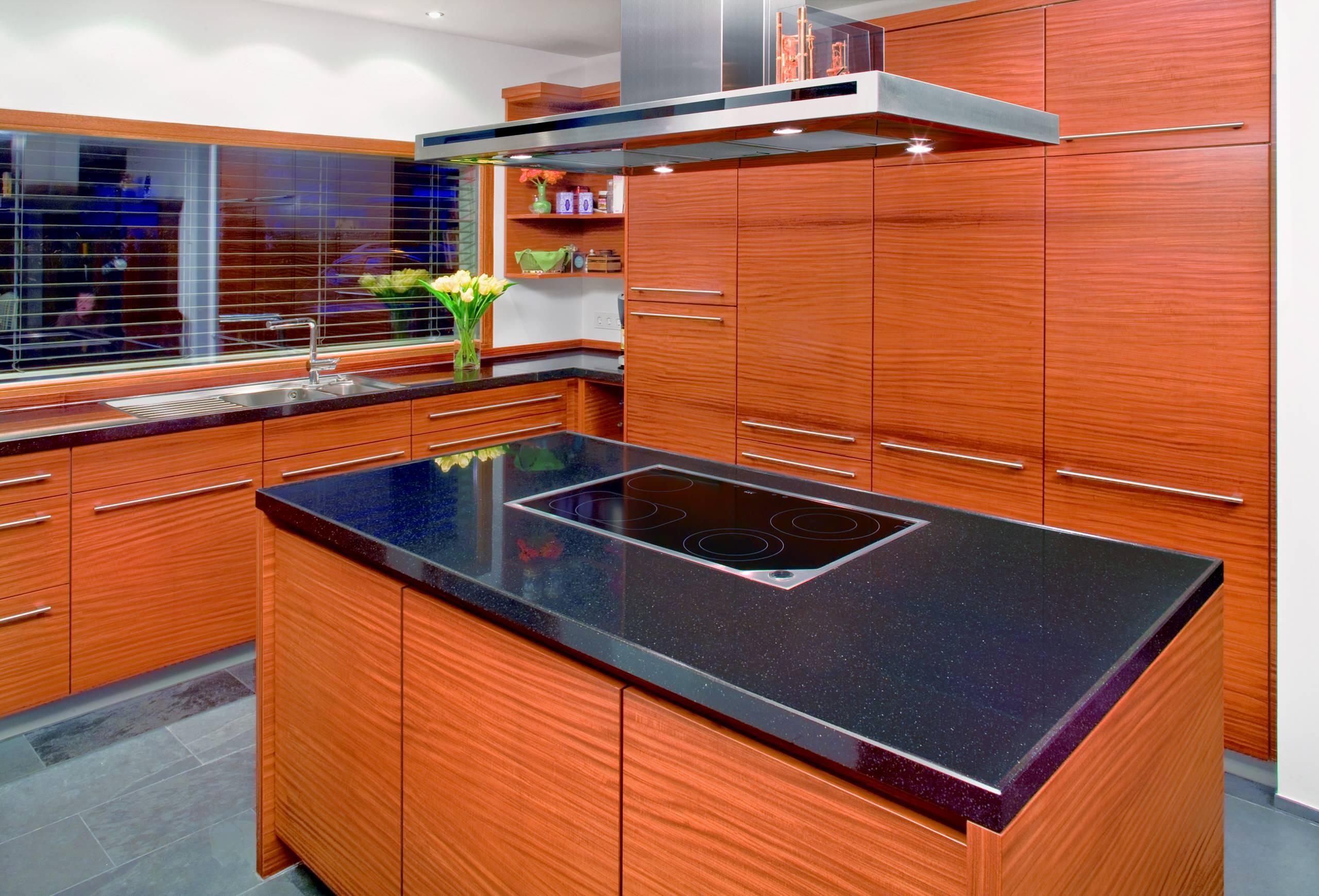Einbauküche, echtholzfurniert goldteak, natur lackiert