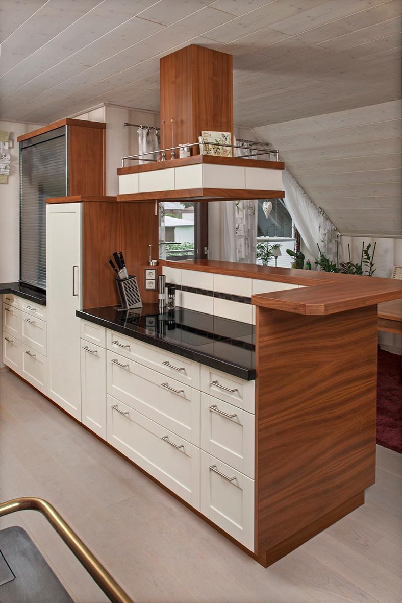 Einbauküche mit Lackfronten und Nussbaum Holz