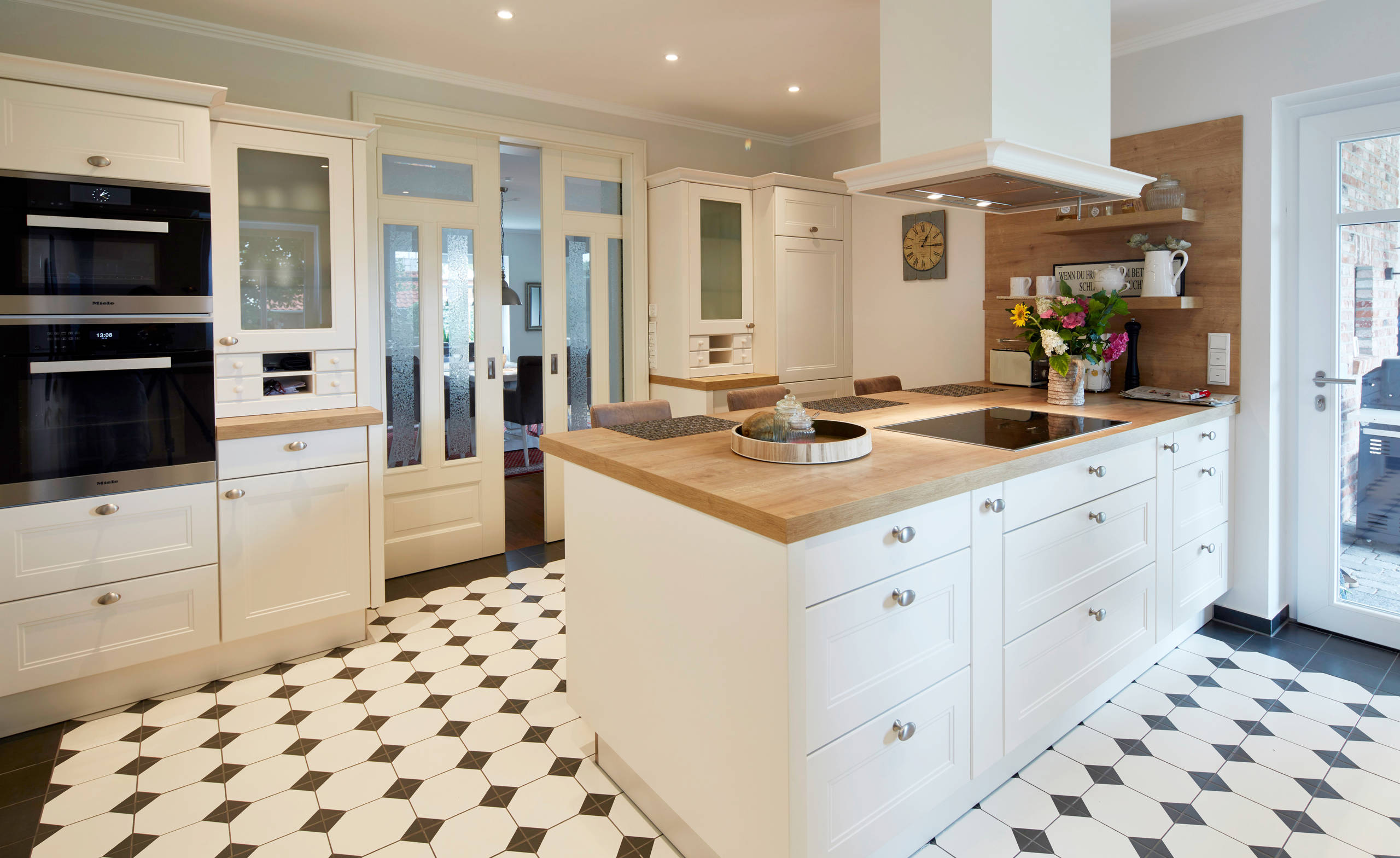 75 Beautiful Kitchen With White Cabinets And Black Appliances Pictures Ideas December 2020 Houzz