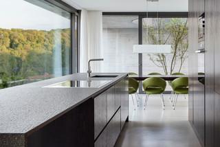 einfamilienhaus wohnen mit weitblick modern k che. Black Bedroom Furniture Sets. Home Design Ideas