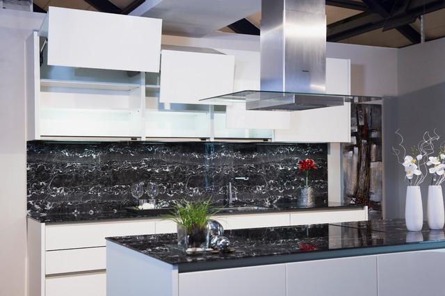 elegante wei e k che mit marmorierter glas arbeitsplatte und vielen h ngeschra. Black Bedroom Furniture Sets. Home Design Ideas