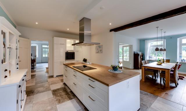 Gemütlichkeit bis in den Wohnraum moderne Küche in ...