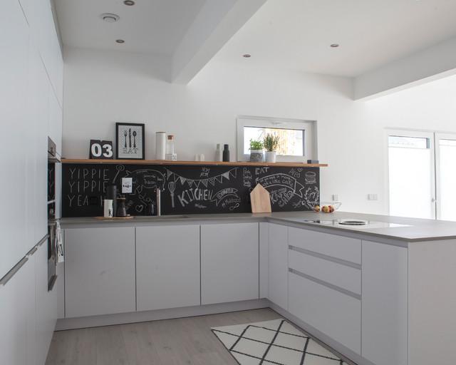 gesamteindruck der offenen k che mit blick auf die integrierte speisekammer. Black Bedroom Furniture Sets. Home Design Ideas