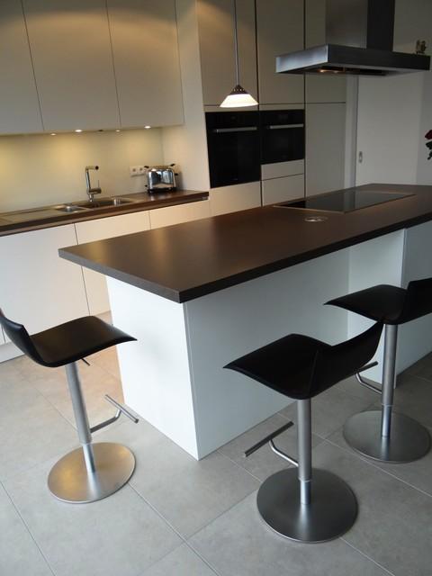 grifflos mattlack wei mit arbeitsplatte in antrazith modern k che k ln von schorn. Black Bedroom Furniture Sets. Home Design Ideas