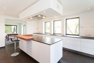 grifflos wei mit schiebt ren und durchgang minimalistisch k che frankfurt am main von. Black Bedroom Furniture Sets. Home Design Ideas