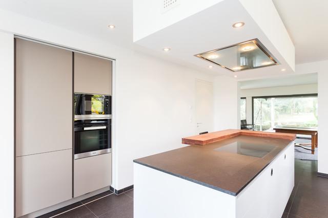 grifflos wei mit schiebt ren und durchgang modern k che frankfurt am main von lang. Black Bedroom Furniture Sets. Home Design Ideas