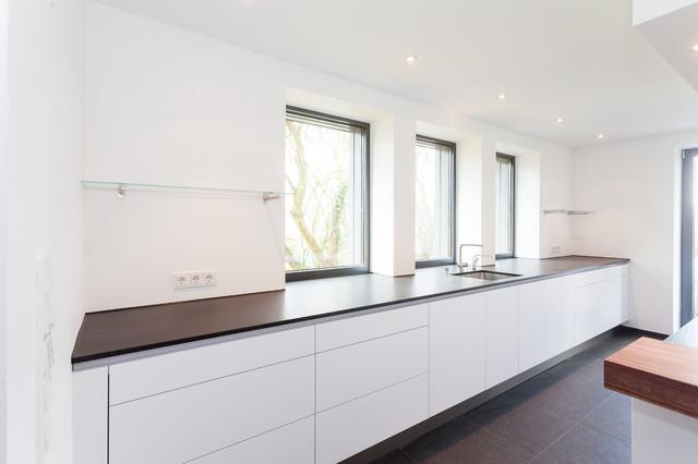 Grifflos weiß mit Schiebtüren und Durchgang - Modern - Küche ...