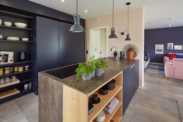 Grifflose Küche mit direktem Übergang zu Wohn- und Esszimmer ...