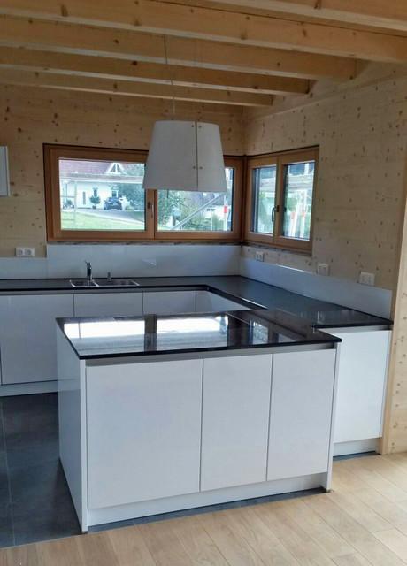 Grifflose moderne Küche im Holzhaus