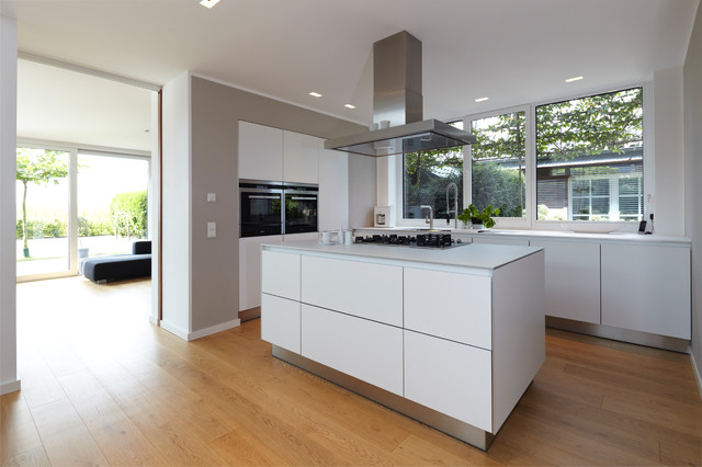 Haus n modern kitchen cologne by lioba schneider for Haus kitchens