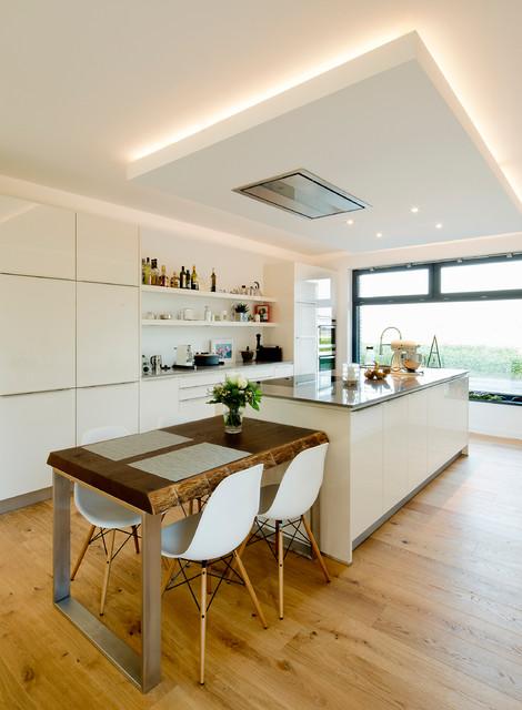デュッセルドルフ, Nordrhein-Westfalen, ドイツの広いI型コンテンポラリースタイルのキッチンの写真 (無垢フローリング、フラットパネル扉のキャビネット、白いキャビネット、白いキッチンパネル、シルバーの調理設備の)