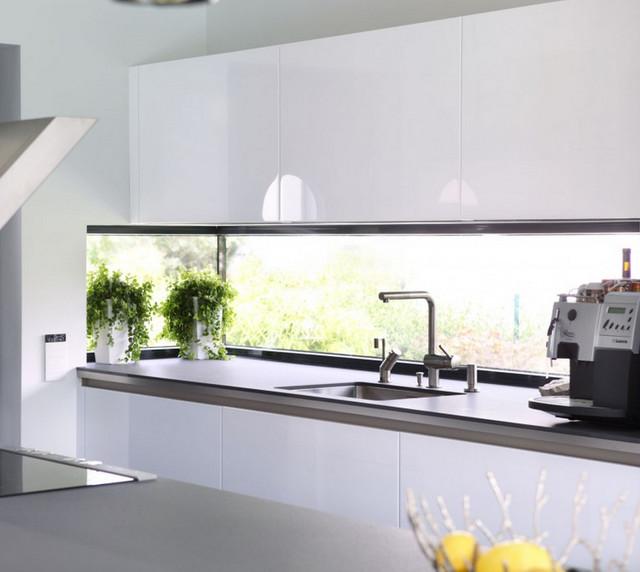 Küche mit Eckfenster