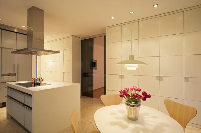 Küche mit Essbereich und Raumteiler zum Eßzimmer - Modern ...